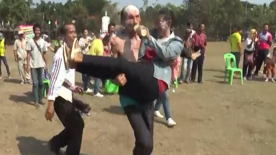 แข่งขันกีฬาพื้นบ้านสุดฮา วิ่งผลัดแตงโม-คู่ผัวเมียแต่งตัววิ่งตอกตะปู