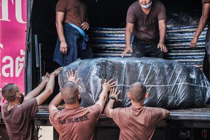 โลตัส ผนึกกำลังกองทัพอากาศ ฝ่าวิกฤตโควิด-19 ภาคใต้ ลุยส่งมอบที่นอนถึงมือ 13 โรงพยาบาลสนาม
