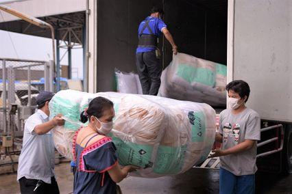 พนักงานจิตอาสา โลตัส เบดดิ้ง กรุ๊ป ส่งมอบหมอนหนุน 1,000 ชุด แก่คนขับรถเมล์ทั่วกรุงเทพฯ