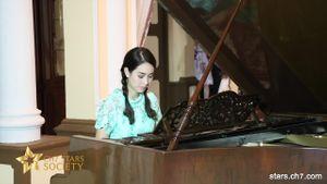 มิน พีชญา โชว์เล่นเปียโนสุดฟินในเพลง หากรู้สักนิด ในกิจกรรมละครบ้านทรายทองฯ